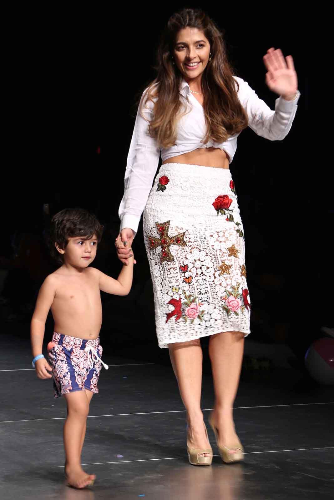 Catalina Mesa, la esposa de Orlando Segura, acompañó a su pequeño Joshua en la pasarela