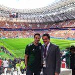 Carlos Gatica y Carlos Hermosillo andan en Rusia, el hijo paseando y el padre trabajando