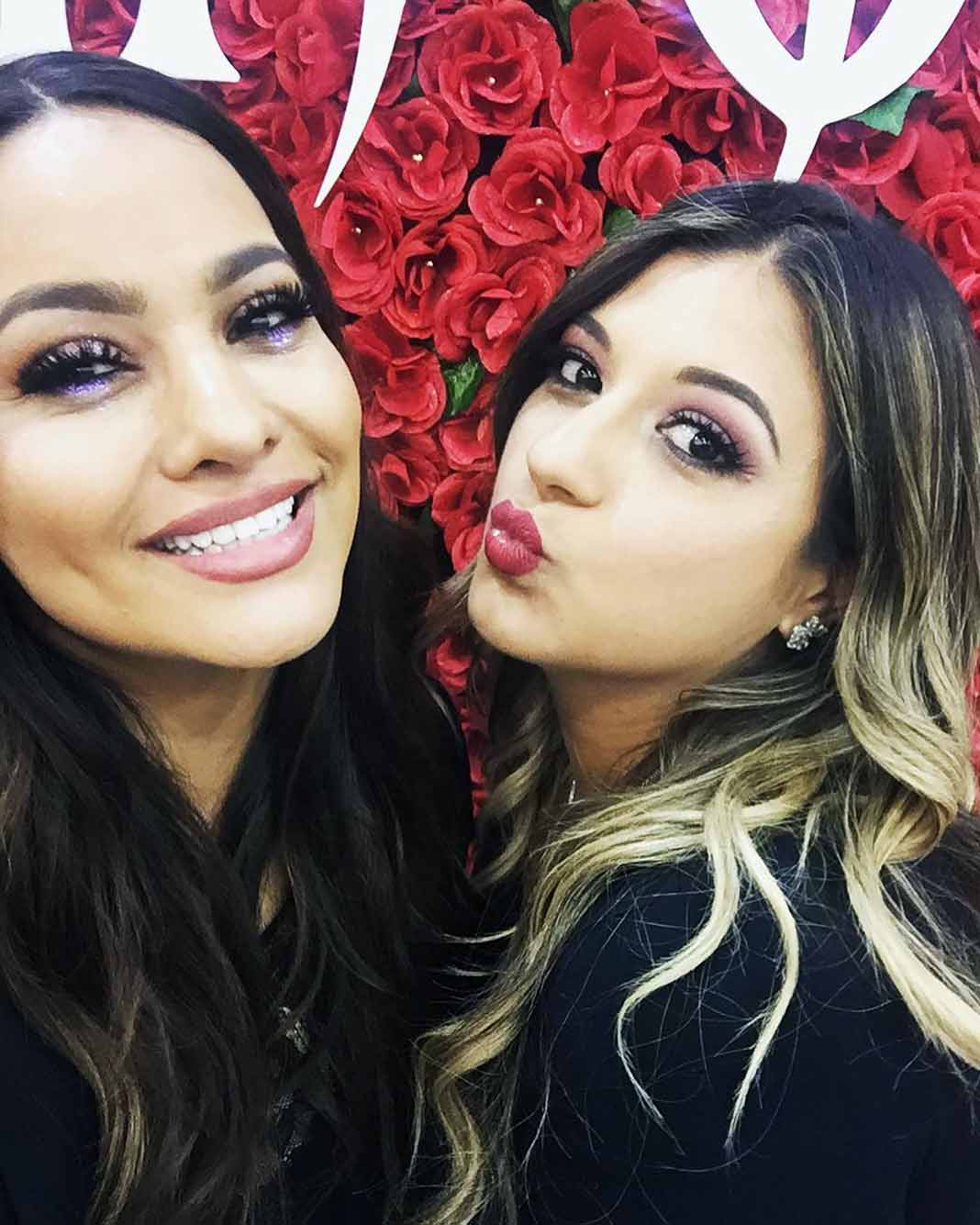 En junio del año pasado, así posó con su amiga Mayeli en el lanzamiento de su línea de cosméticos