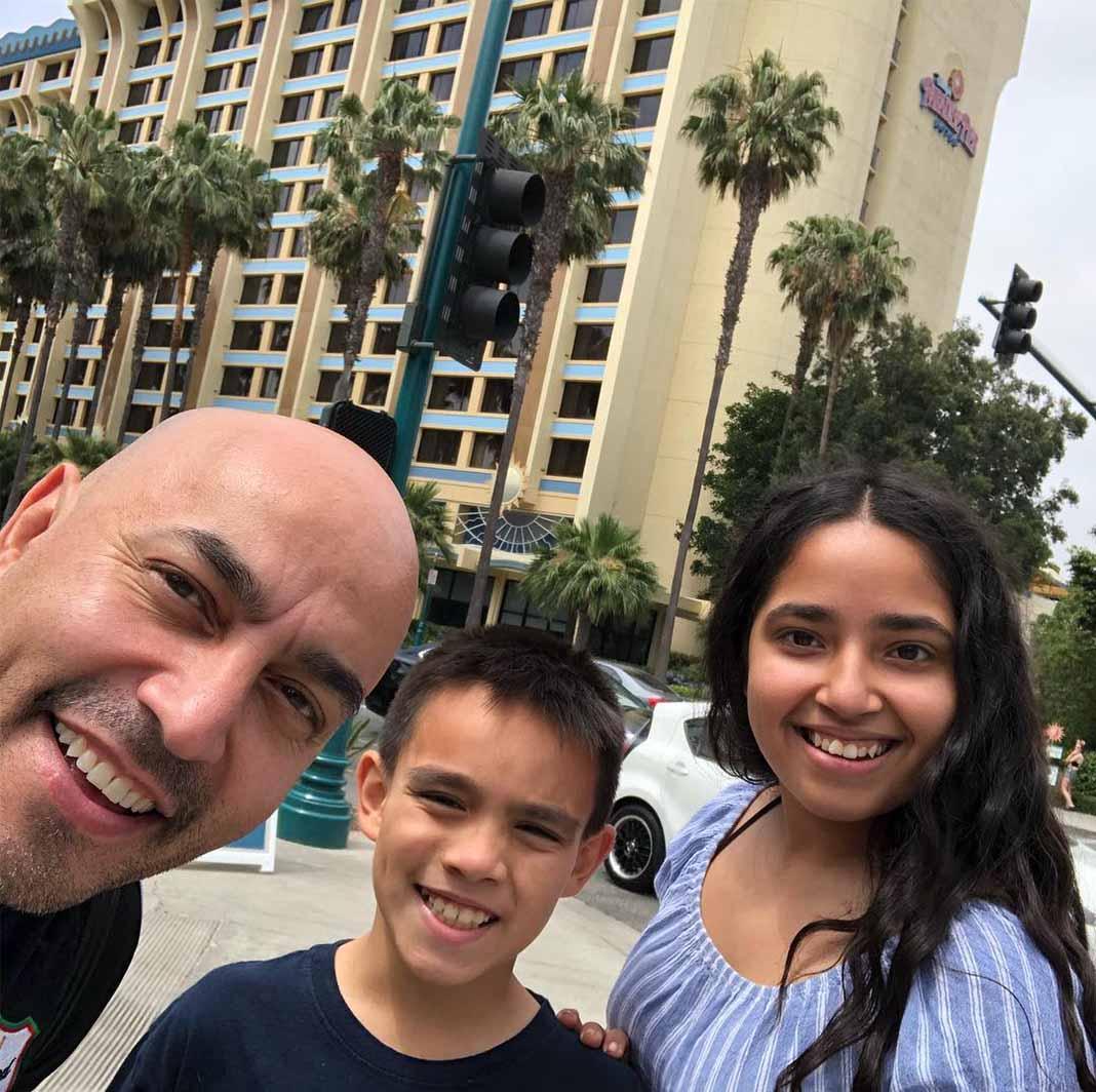 Lupillo llevó hace poco a sus hijos al hotel de Disney donde justamente se casó con Mayeli en 2006