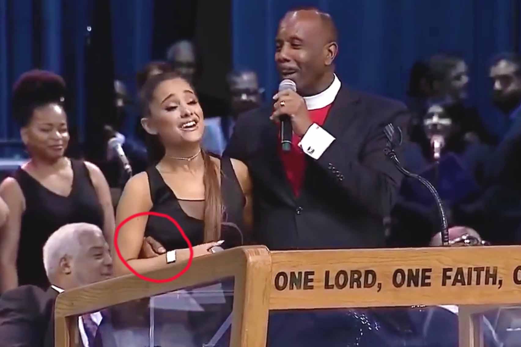 En el video se nota el gesto de incomodidad de Ariana y cómo trata de zafarse