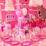 Miren nada más la fastuosa decoración de las mesas, donde hasta copas había