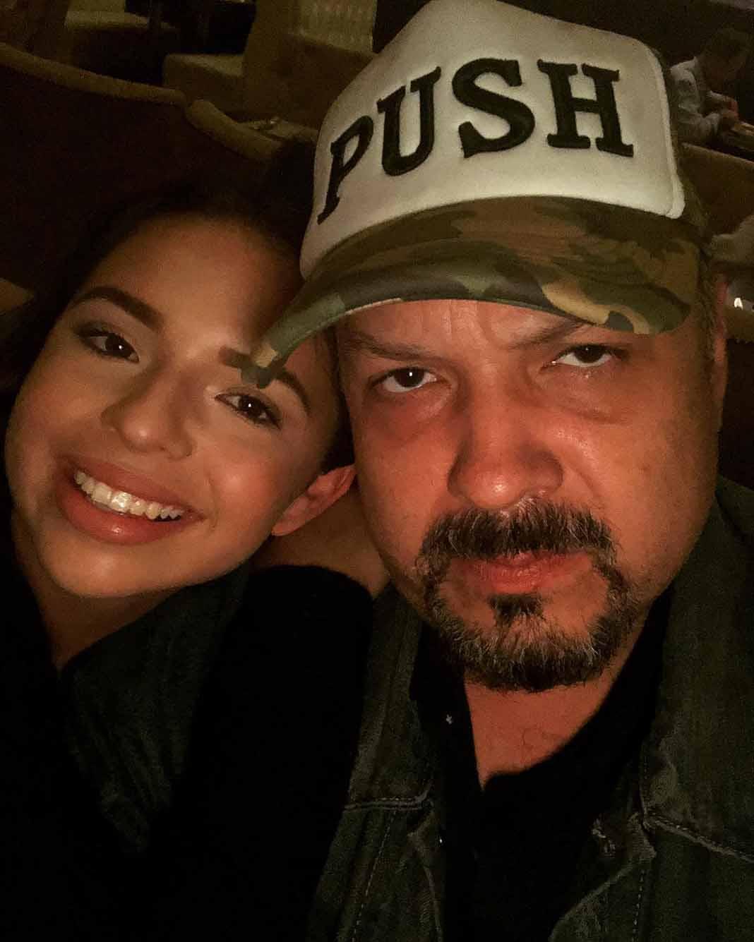 Aunque haga esta cara, Pepe Aguilar está feliz por las nominaciones de su hija al Grammy Latino