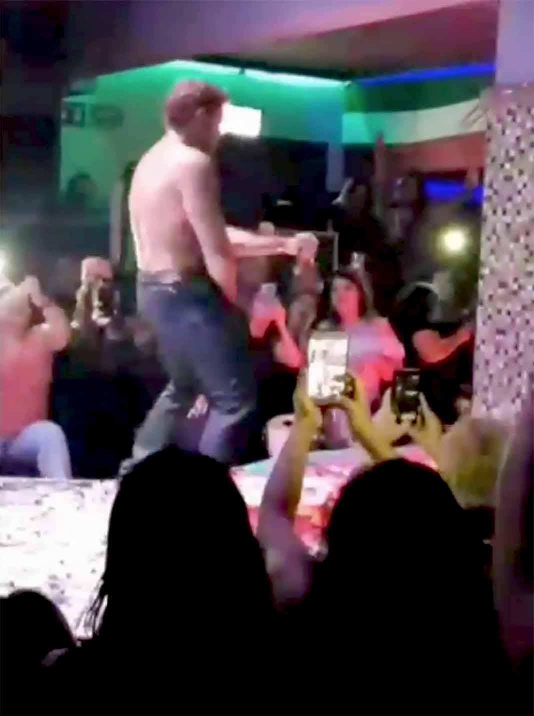 Hizo unos pasos de stripper causando revuelo entre las mujeres