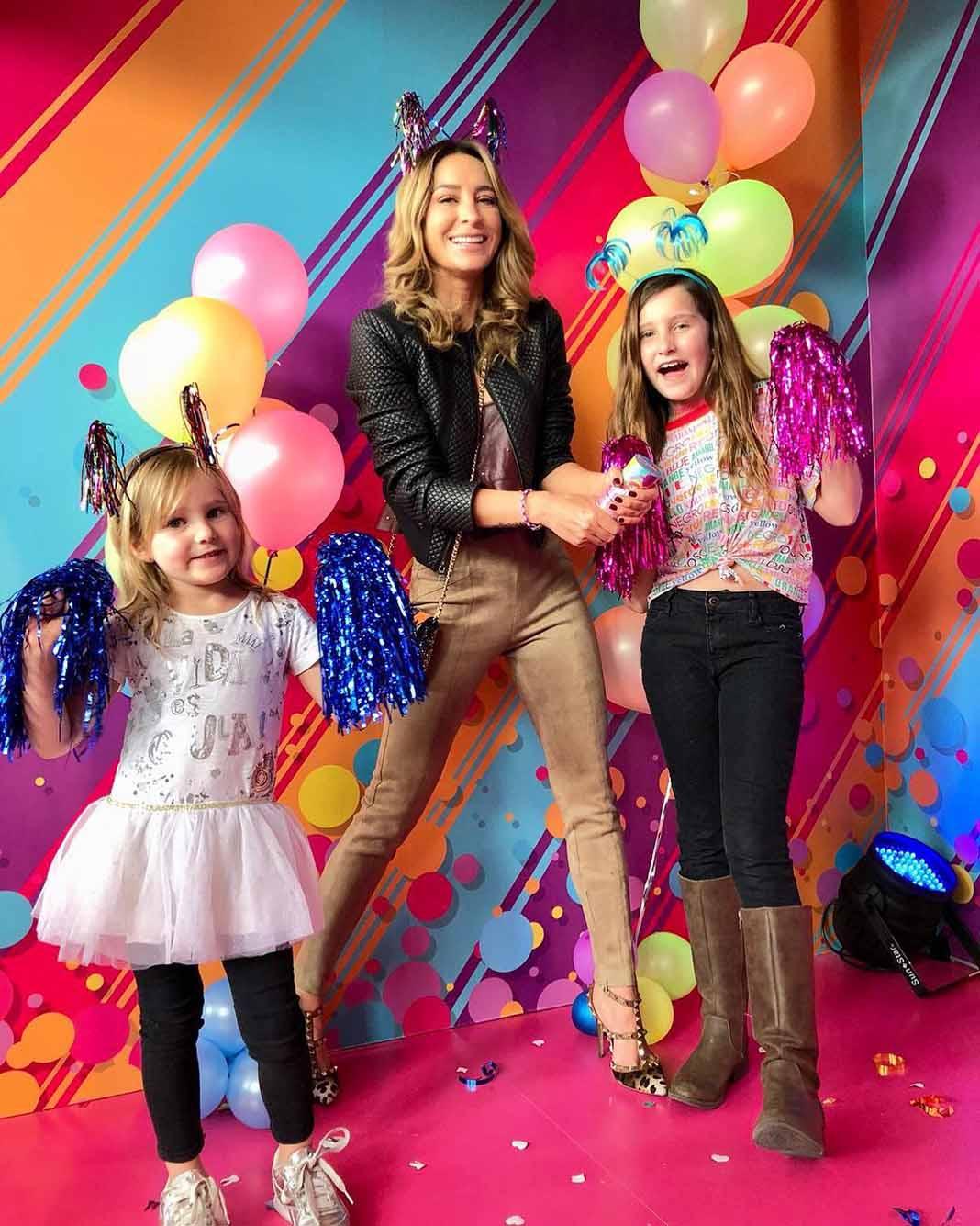 Geraldine dedica buena parte de su día a día a convivir con sus hijas Alexa y Elisa