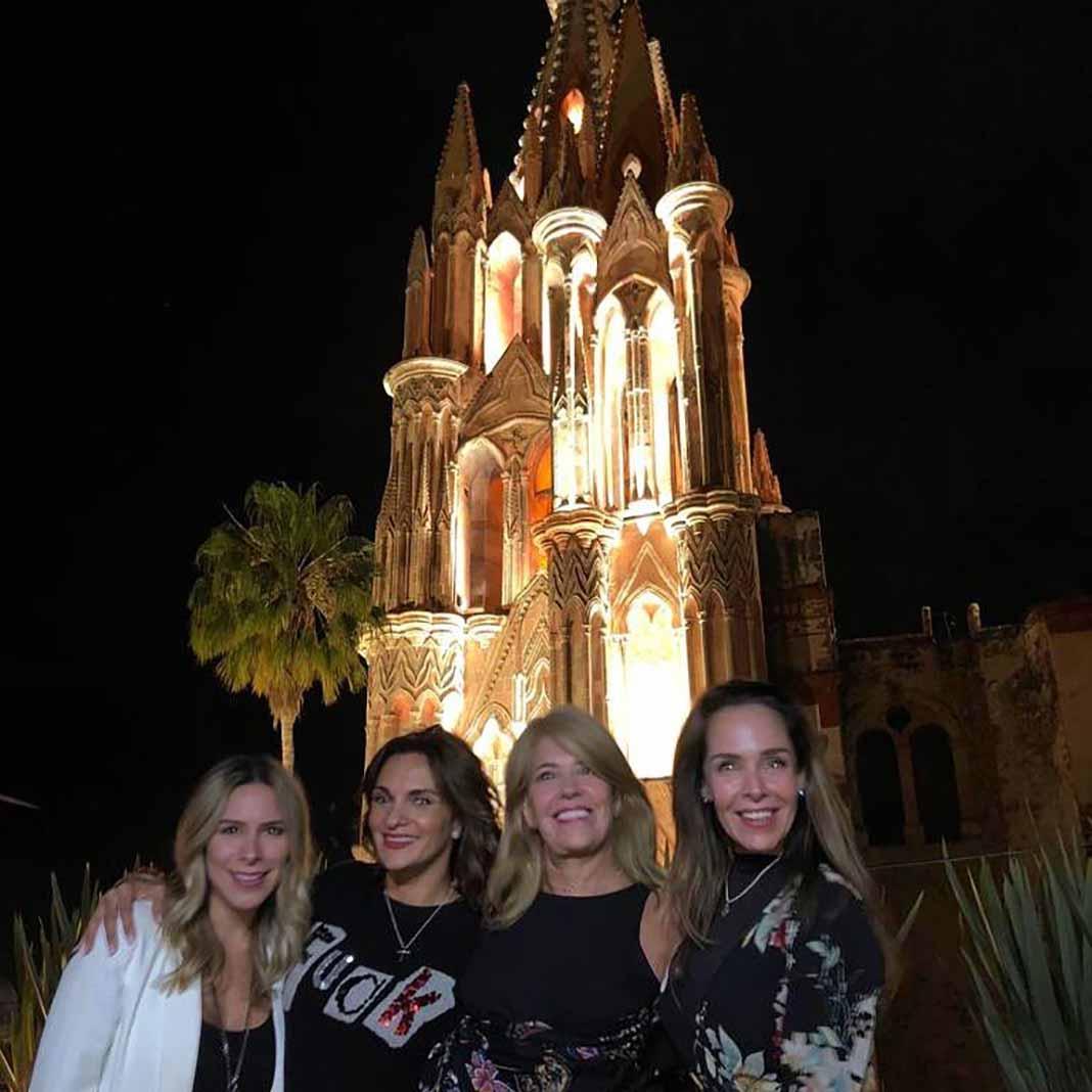 Mariana Seoane (abrazando a Kristal Cid) estuvo en la inauguración del hotel de Gómez en San Miguel de Allende