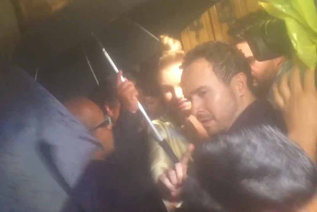 La actriz fue custodiada por elementos de seguridad con paraguas, porque estaba lloviendo
