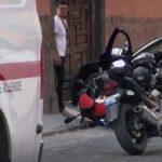 Brandon Peniche junto al auto donde fue asesinado el novio de su suegra y la moto del sujeto que lo ultimó