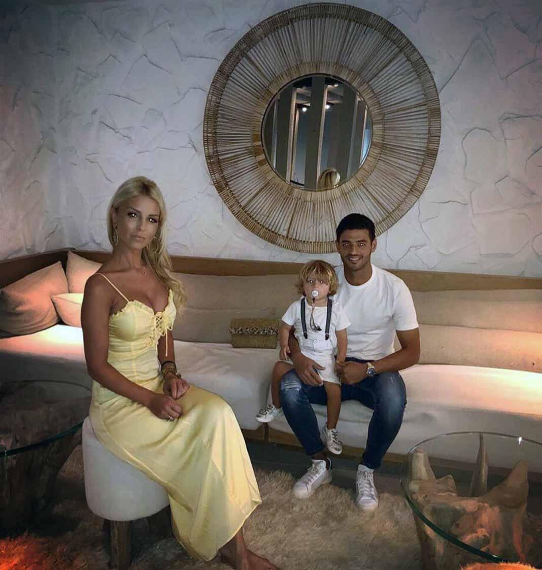 El jugador mexicano suele compartir fotos con su bella familia: su pareja Saioa y su hijo Romeo