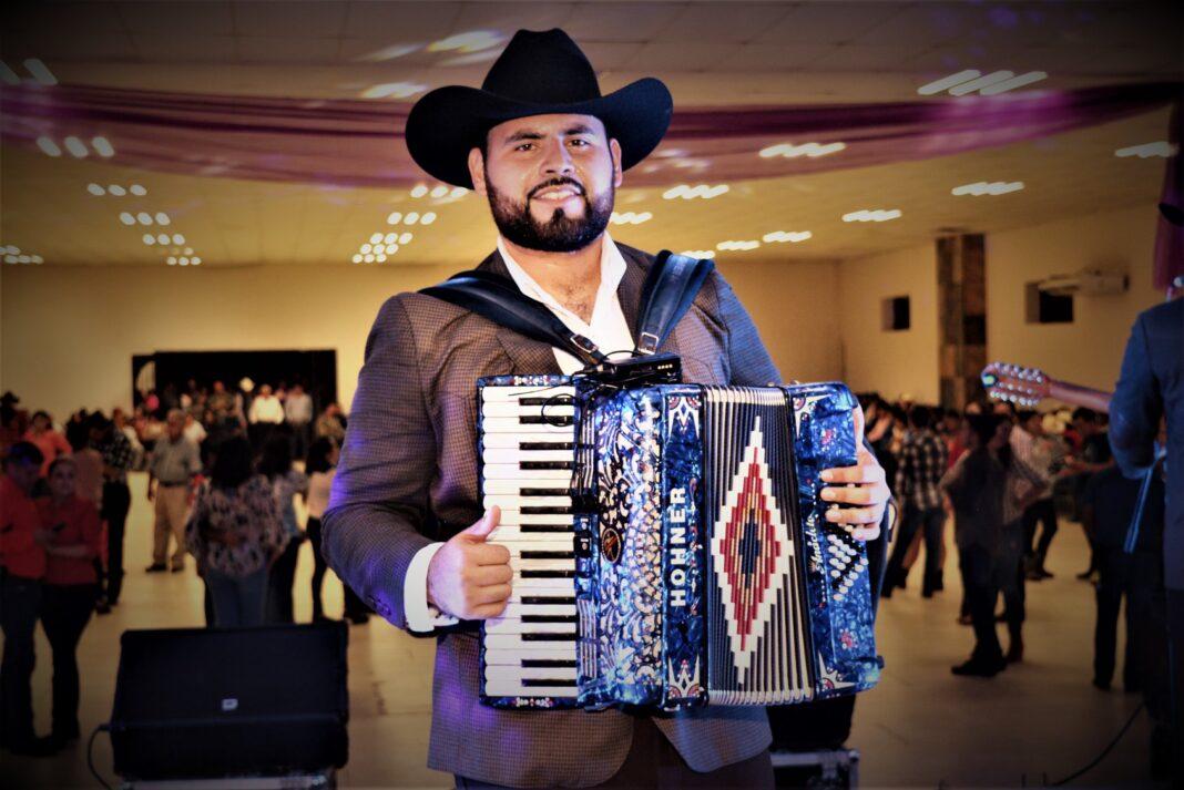 Elías Hernández Gutiérrez tocaba el acordeón y era Lic. en Administración de Empresas