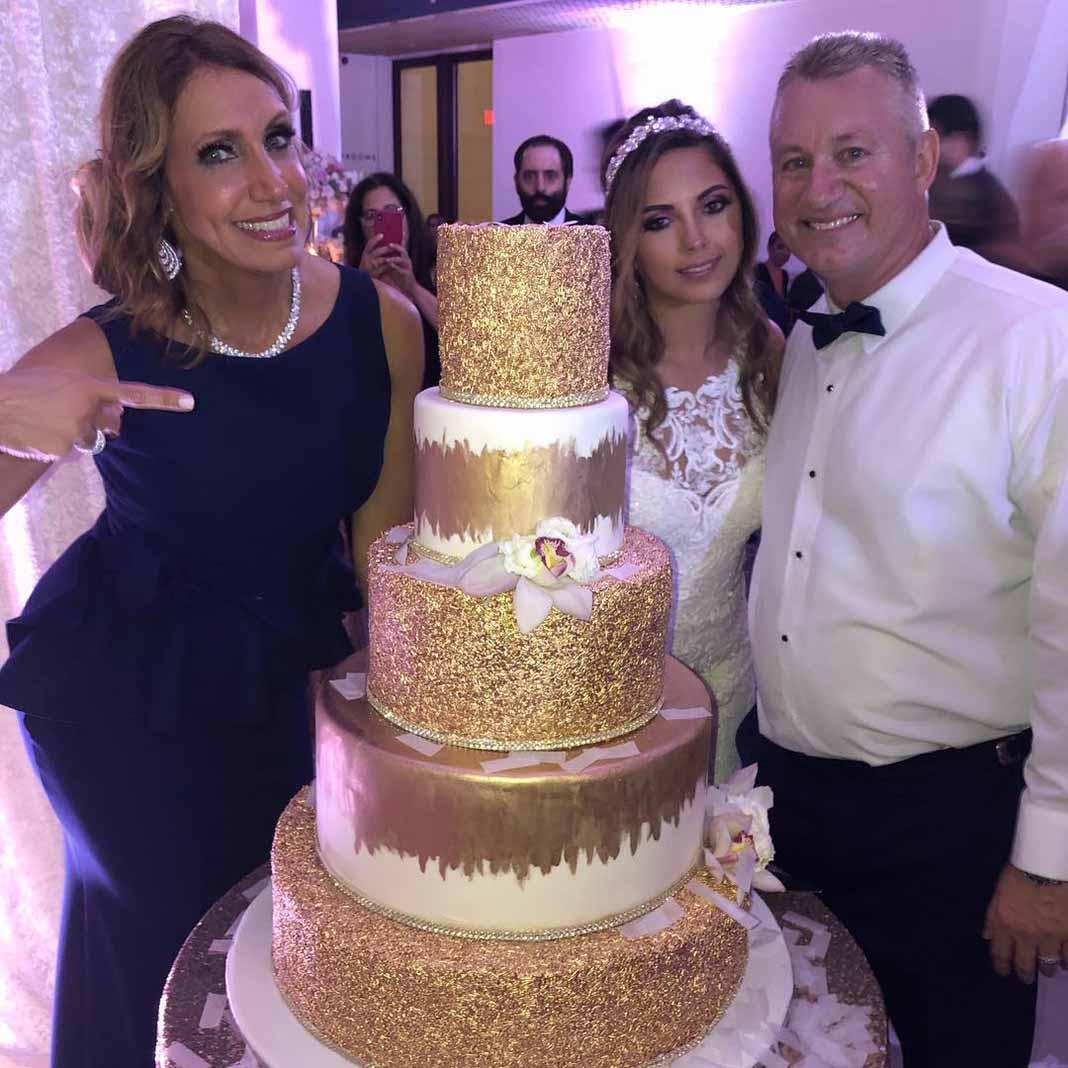 Miren nada más qué rico pastel de novios.. ¿sería obsequio de Lili?