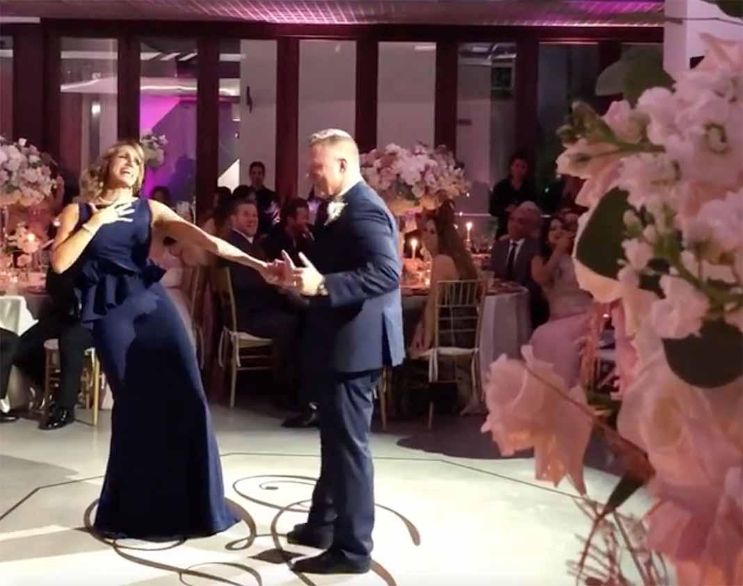 Lili estaba emocionada cantándole a Juan