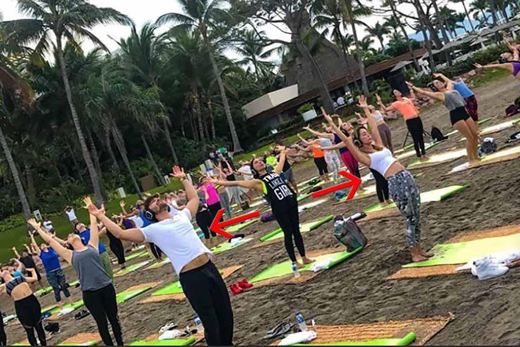 Por las mañanas Santiago y Geraldine (señalados con flechas) participaban en una clase de yoga