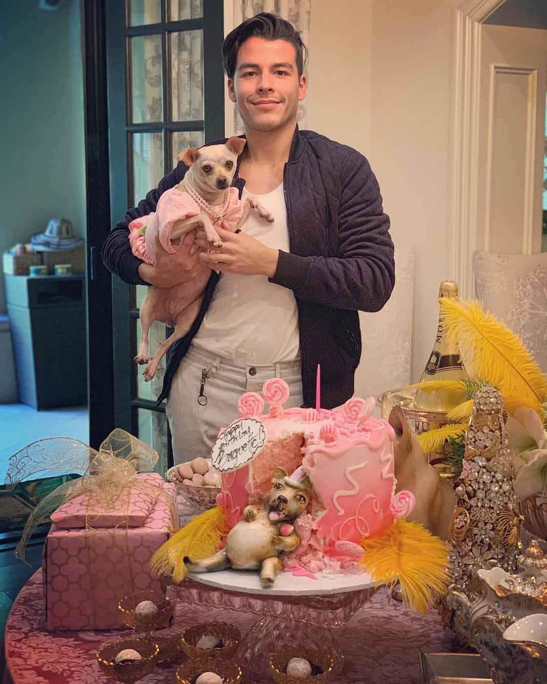 Manolo adora a su perra, que por cierto cumplió 5 años de edad