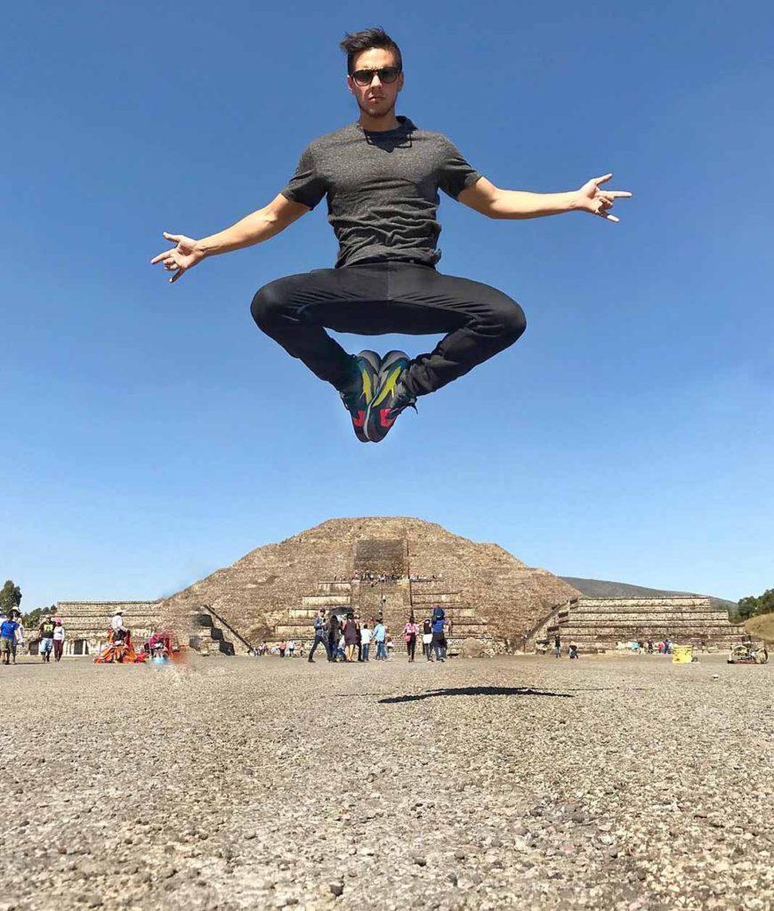 """Vadhir es bien ocurrente... mírenlo aquí """"levitando"""" en las pirámides de Teotihuacan"""