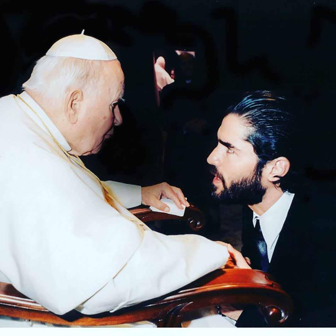 Aquí lo vemos cuando lo recibió el Papa Juan Pablo II