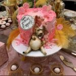 El pastel era color rosa con un perrito bien panzón de tanto comer