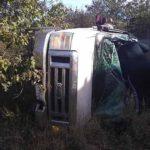 La camioneta dio vueltas hasta detenerse con un árbol