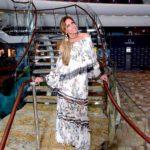 Lili siempre bella, al pie de la escalera del crucero