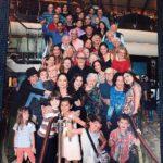 Aquí posaron en la escalera los 46 miembros de la familia Estefan