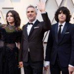 Alfonso Cuarón arribó muy formal con este smoking café, acompañado por sus hijos, para quienes sin duda, fue una noche muy especial por los premios de su papá