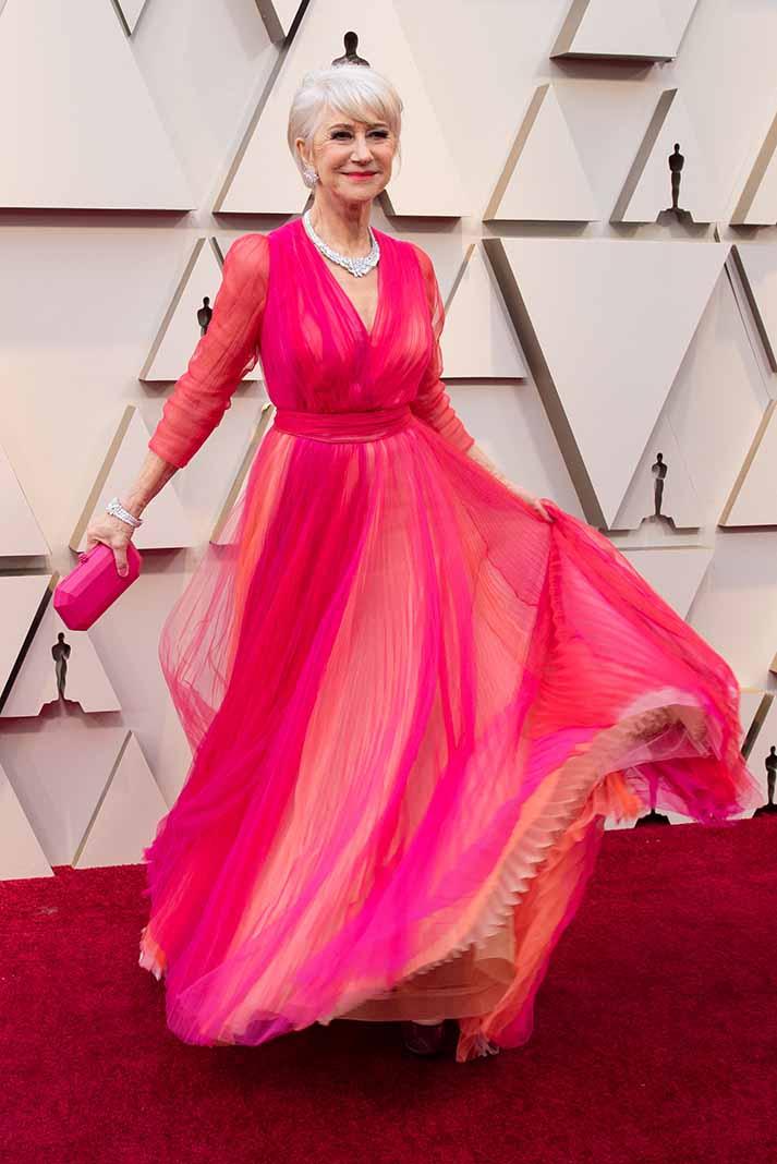 Helen Mirren llegó vaporosa con este alegre vestido en duotono con tablones, que combinó a la perfección con accesorios y peinado plateado