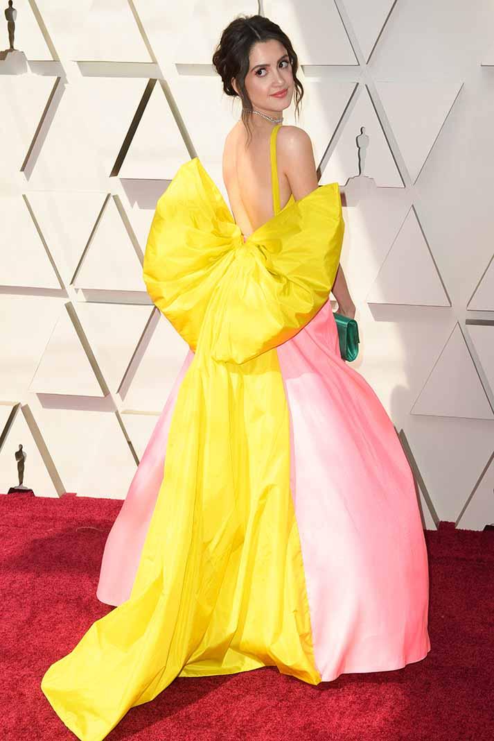 Emilia Clarke llegó como sirena con este diseño en rosa laminado que no necesitó accesorios ni un elaborado peinado para resaltar su belleza