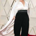 Melissa McCarthy lució muy delgada con este pantalón negro holgado y una blusa con capa que le dio volumen y visualmente acentuó su cintura