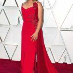 """Nancy García, la otra trabajadora doméstica de """"Roma"""", fue de las primeras en llegar a la alfombra con un sencillo vestido rojo que para mi gusto le quedó corto"""