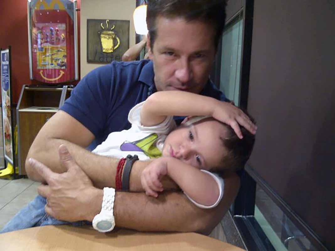 Fernando Carrillo en una de las visitas que le hacía al niño en Miami