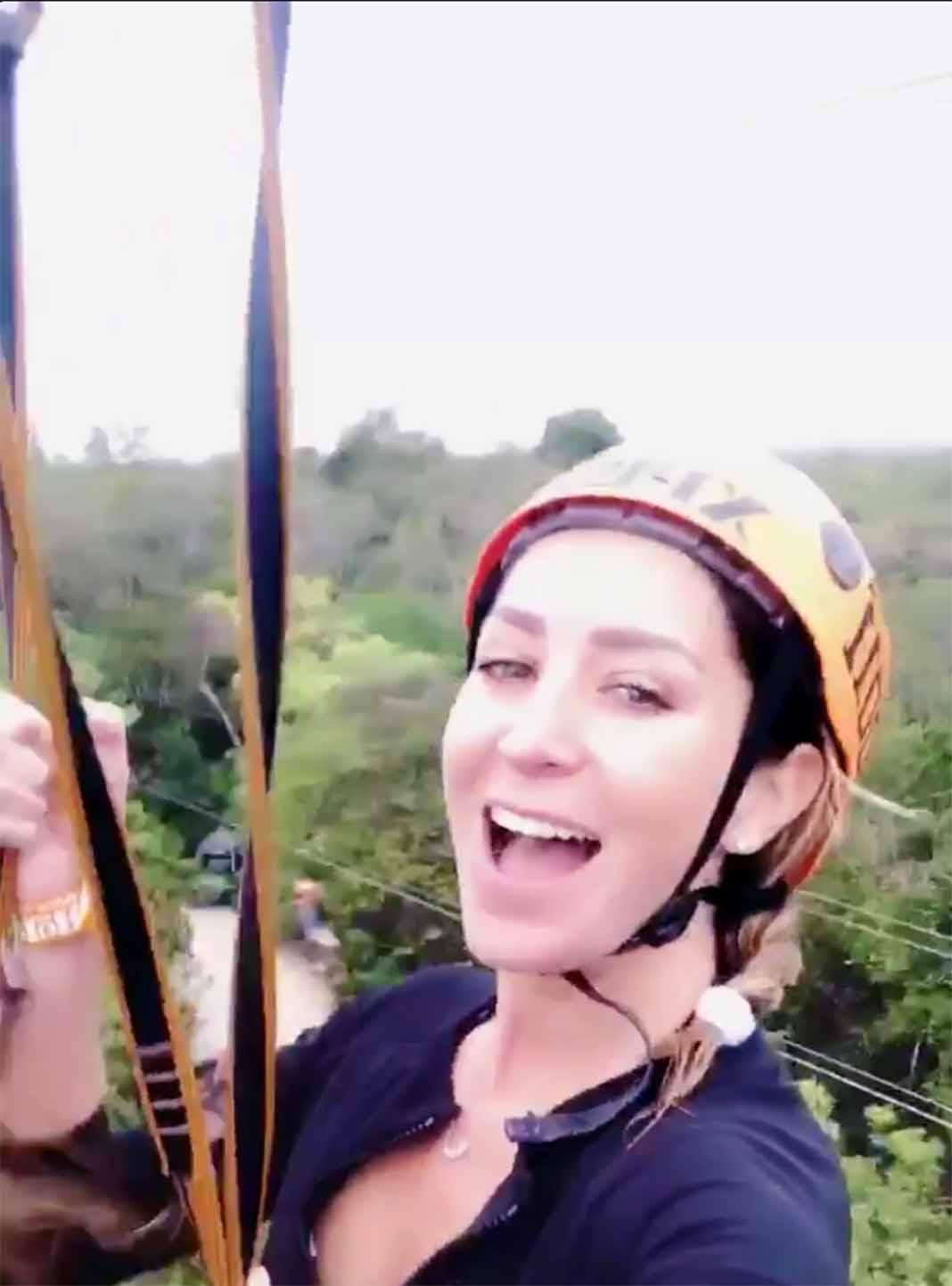 Geraldine se divirtió como niña en la tirolesa sobre las copas de los árboles
