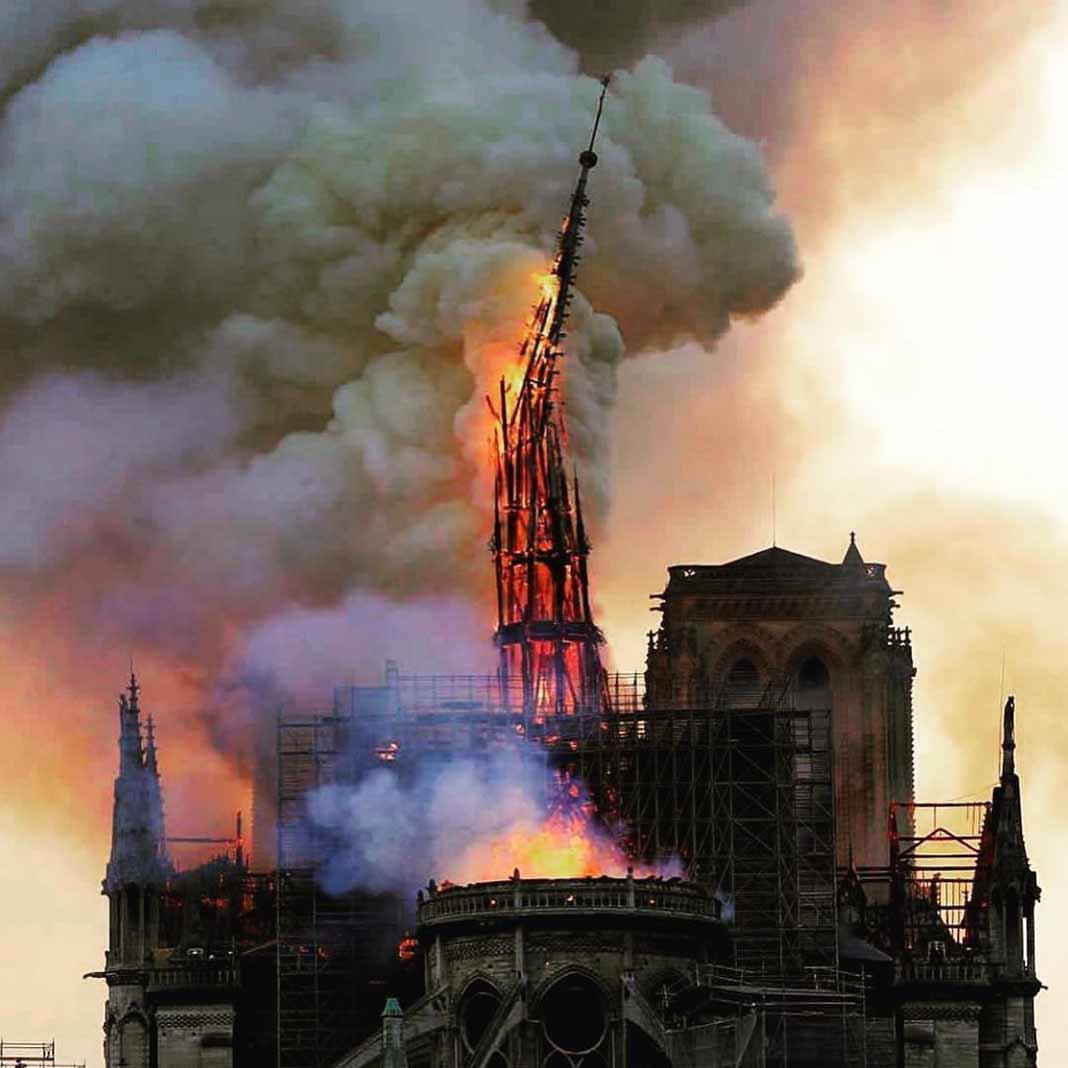 Cuando se derrumbó la torre de aguja se escucharon lamentos de cientos de personas que observaban el siniestro