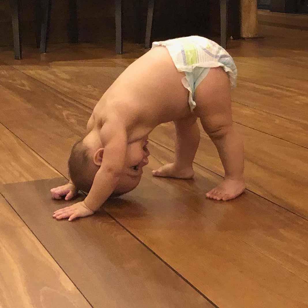 La semana pasada Santiago Enrique ya quería practicar yoga como lo hace su mamá