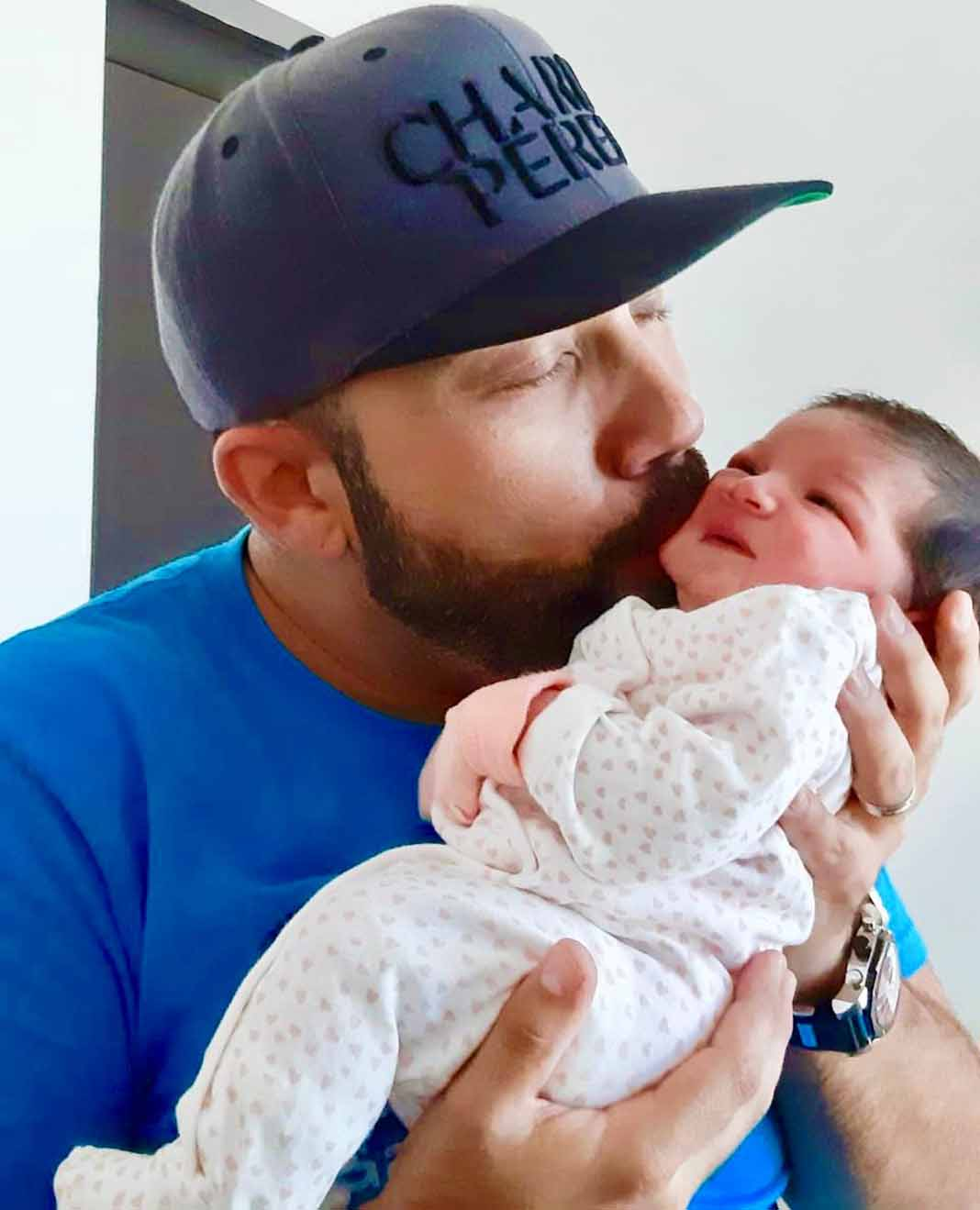 Charly esta feliz con su segunda nena, a quien llena de besos