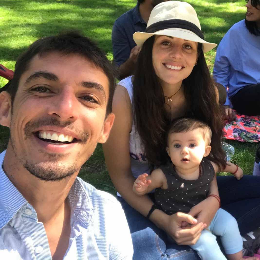 Con su esposo Alberto Guerra y su primera hija Lúa, quien nació por cesárea