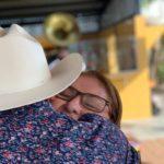 Con este abrazo doña María Isidra le agradeció a su hijo la canción