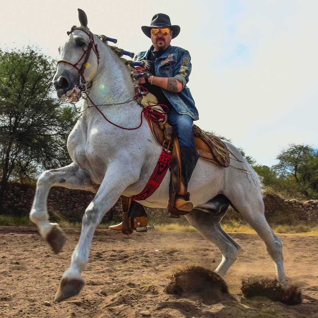 El cantante, como lo fue su padre y como ahora lo heredaron sus hijos, es un amante de los caballos