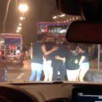 En cuanto reconocieron a Poncho, las fans de una camioneta se bajaron para fotografiarse con él