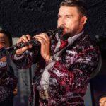 Poncho tocando el clarinete en un concierto de Banda El Recodo