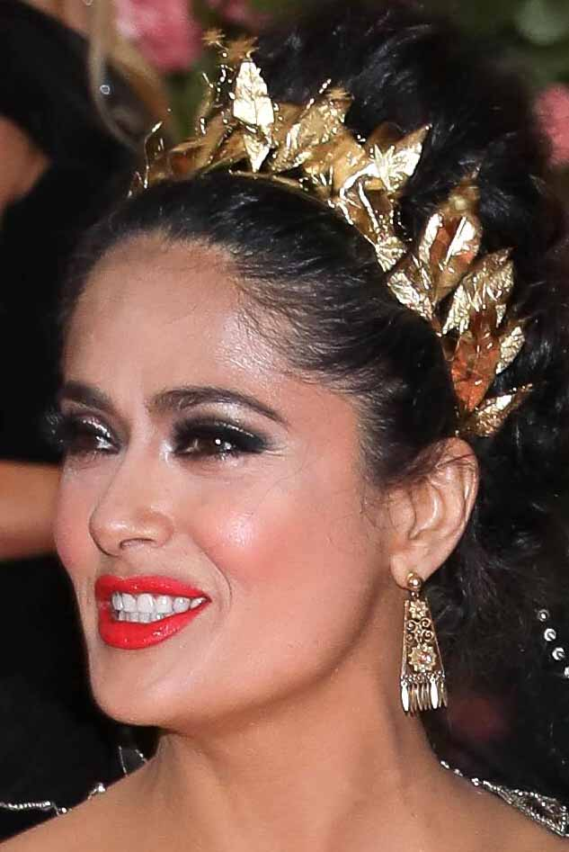 Salma llegó con este vestido Gucci dorado y con vivos negros y plateados