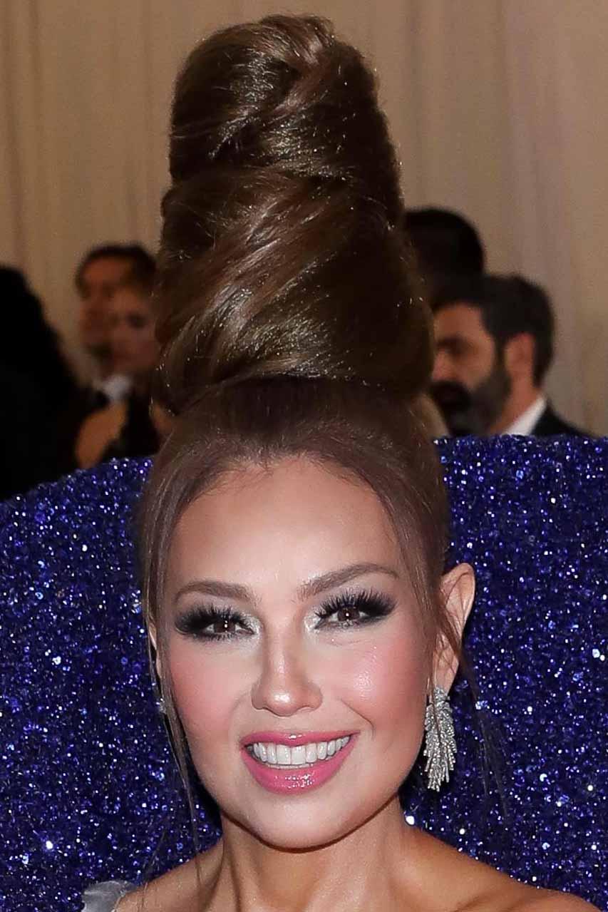 Thalía usó un altísimo peinado, obviamente para que no le rozara con el enorme cuello