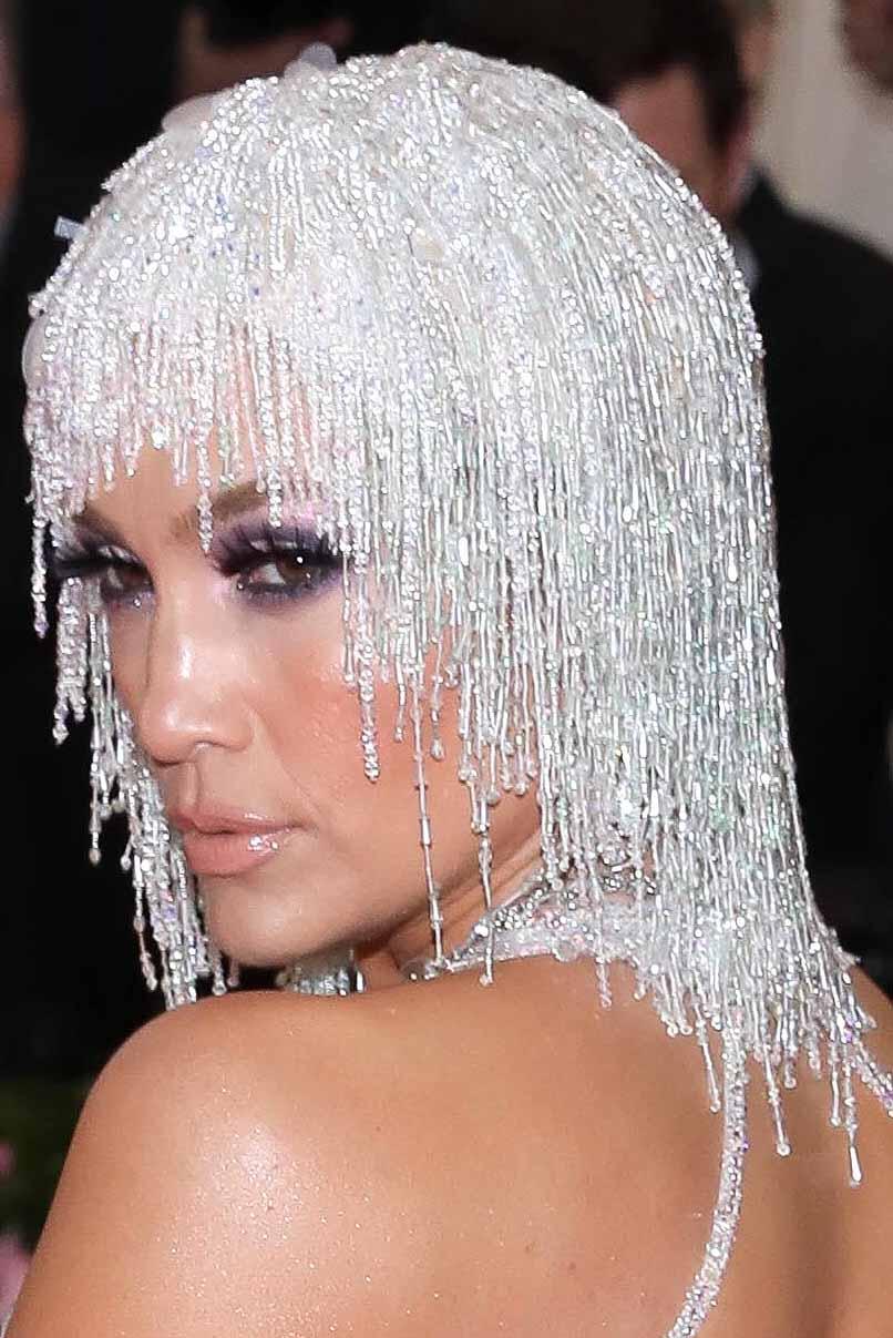 El tocado estilo Cleopatra en la cabeza, en plateado, hacía juego con el vestido