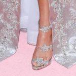 Thalía se puso pedrería en las uñas de sus pies, pero el decorado en mismo tono de sus zapatos las opacaron