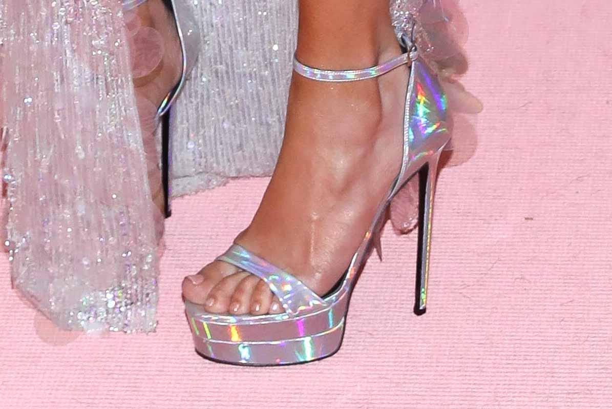 A Jennifer siempre le han gustado los zapatos con mucha plataforma, y éste no fue la excepción