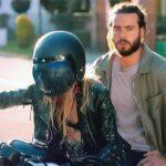 El personaje huye de la escena del crimen en una motocicleta
