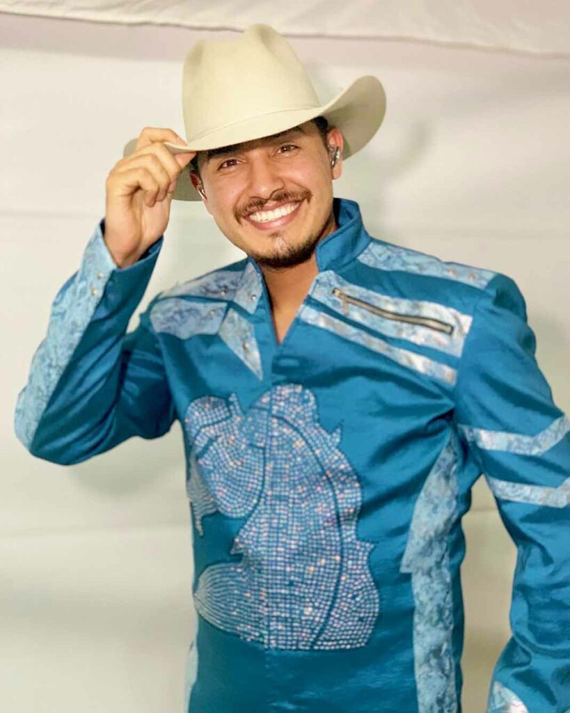 Ramiro Delgado Jr. ya porta feliz el traje de Bronco