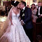 Ante la insistencia de los invitados, los novios se besaron al salir de la iglesia