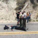 El camarógrafo Jorge Ortega, de El Gordo y la Flaca, yace en la carretera acompañado por policías en espera de la ambulanciaboda