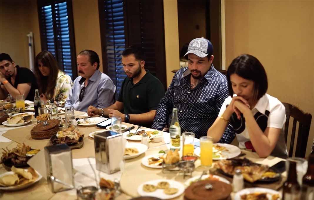 Emiliano fue el encargado de agradecer a Dios los alimentos y el volver a su familia