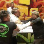 Alfredo Adame simuló darle un golpe a Trejo, y eso provocó que más tarde le arrojara una botella de agua a la cara